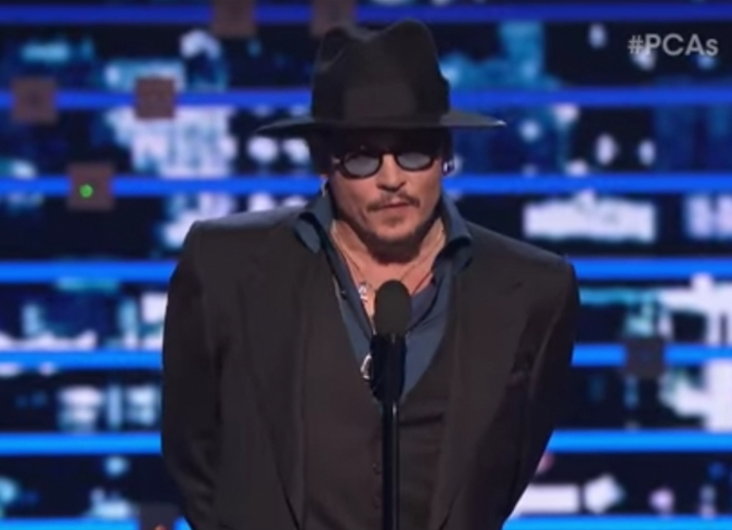 En el video puedes ver a Johnny Depp recibiendo su premio por Black Mass. - ENFILME.COM